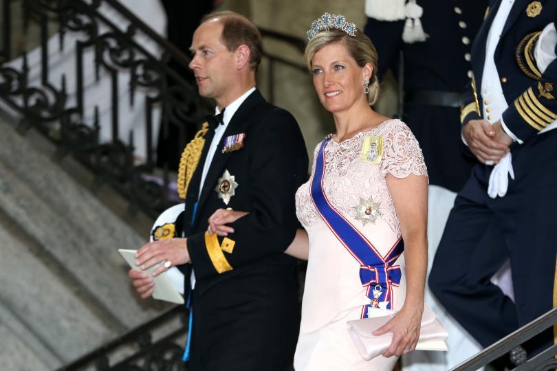 <p><strong>Сватбата на графиня Софи и принц Едуард</strong></p>  <p>Принц Едуард, най-малкият син на кралица Елизабет Втора, се жени за Софи Рийс-Джоунс през юни 1999 г. По протокол жените трябва да носят шапки по време на кралските сватби, но младоженците ги забраняват, за да поддържат по-неформален тон.</p>