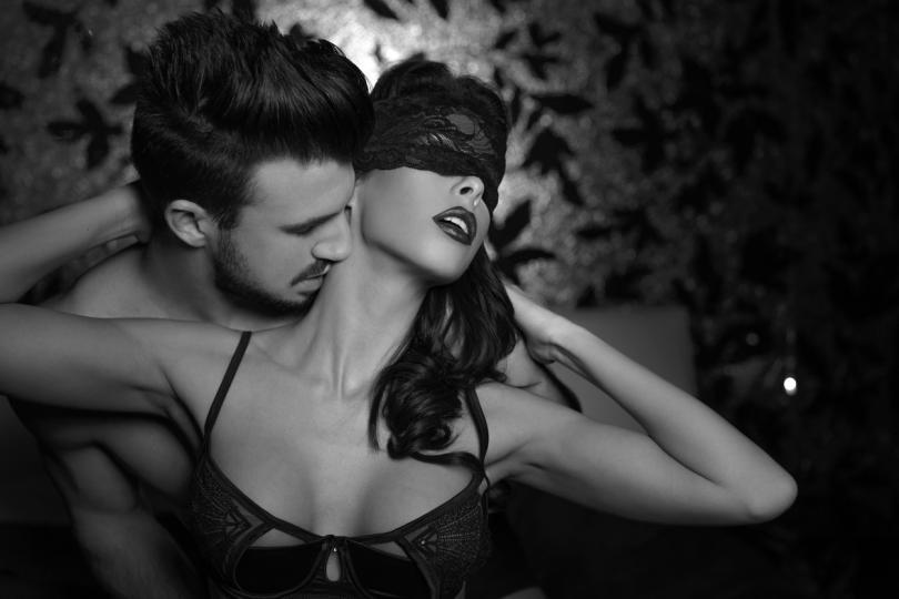 <p><strong>Мъж Скорпион и жена Овен</strong></p>  <p>И двамата са&nbsp;господари на страстта и силните усещания, но вместо да се борят&nbsp;един срещу друг, успяват&nbsp;да си поделят&nbsp;първото място и да отпразнуват&nbsp;заедно победата с много горещи целувки.</p>