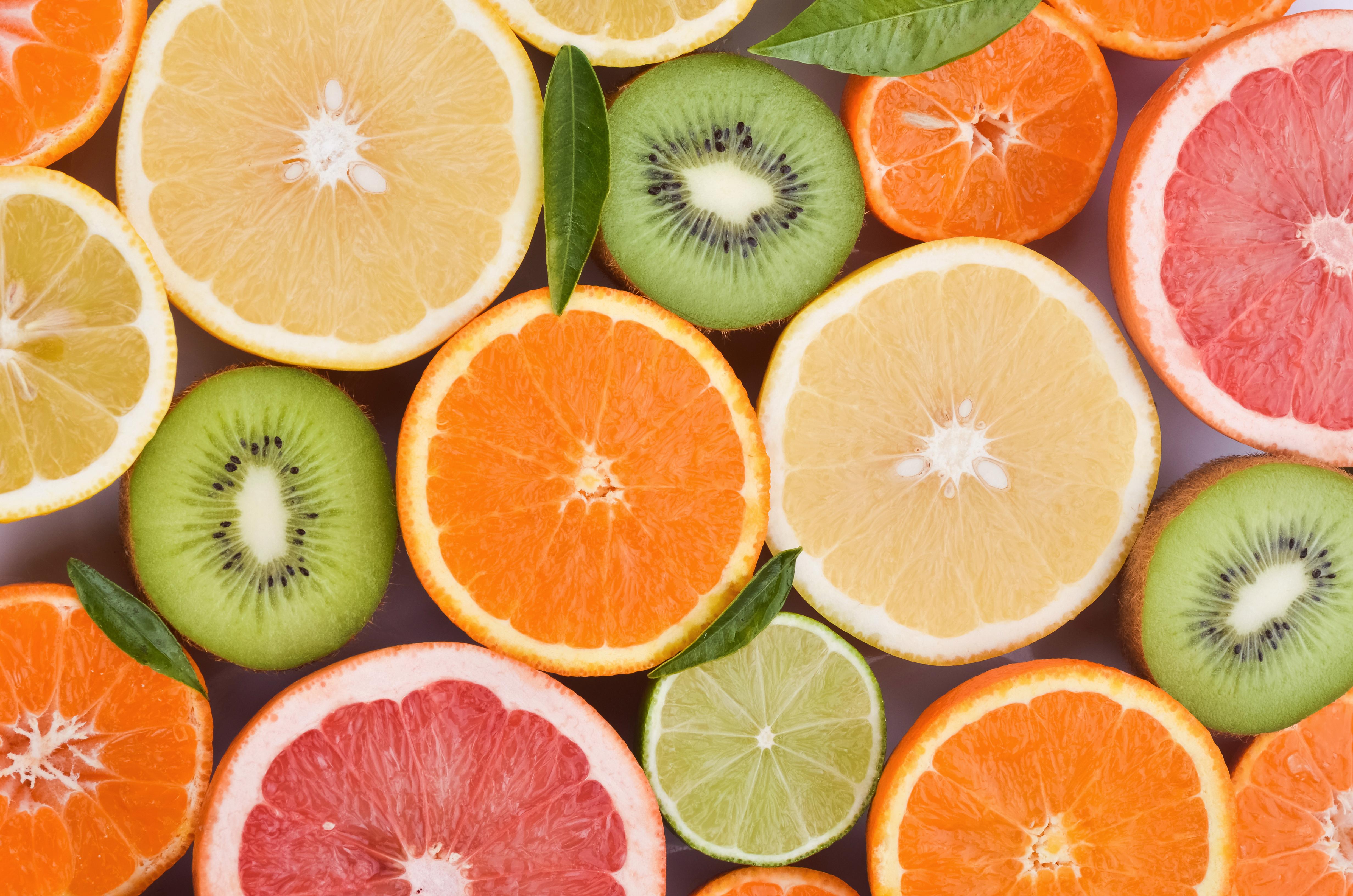 <p><strong>Витамин С</strong></p>  <p>Включете в менюто си много плодове и зеленчуци, които съдържат витамин С, тъй като той играе важна роля при борбата с вирусите. Лимонена вода, портокали, грейпфрути, листни зеленчуци, чушки са добър източник на витамин С. Добавянето на пресен лимонов сок към горещ чай с мед пък помага за намаляване на храчките. Пиенето на гореща лимонада също помага.</p>