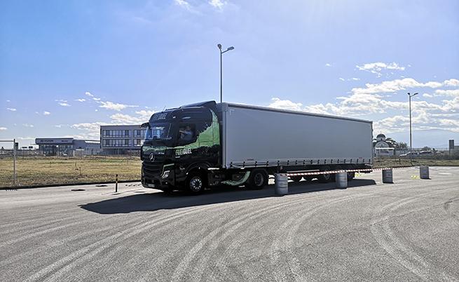 Fleet Board е нелематичната система за наблюдение и управление на автопарка е серийно вградена в Actros 5. Тя подпомага собствениците на транспортни компании в това да оптимизират разходите. Системата следи над 1000 параметъра на превозното средство.