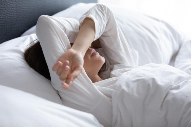 <p><strong>Имате проблеми със съня</strong></p>  <p>Има ли дни, в които следобедният ви конферентен разговор продължава дълго и пропускате традиционното лате в 15:00? Неприятно е, но реалността е, че отнемането на кофеин от тялото ви, което не приема обичайното количество, може да наруши цикъла ви на сън. Дори може да причини грипоподобни симптоми, ако не приемете кофеин, казва д-р Мойе. Кафето също може да повлияе на биологичния ритъм на тялото ви, който може да ви доведе до постоянен недостиг на сън.</p>  <p><strong>Промяната:</strong> Не пийте кафе след 16:00, за да сте сигурни, че тялото ви може да заспи, когато си легнете.</p>