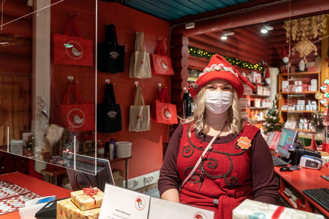 <p>Известната пощенска услуга - с писма и колети, изпратени директно на Дядо Коледа - е намалена и местните ресторанти и магазини за сувенирни&nbsp; имат много по-малко клиенти от обикновено в началото на предколедния сезон</p>  <p>&nbsp;</p>
