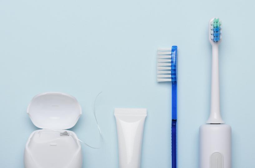 <p>Инвестирайте в<strong> електрическа четка и конци за зъби</strong>. Според експерта Луси Шукла правилната електрическа четка за зъби ефективно премахва всички повърхностни петна. Конецът за зъби, както и такъв с водна струя за зъби, изчистват всички остатъци от междузъбното пространство.</p>