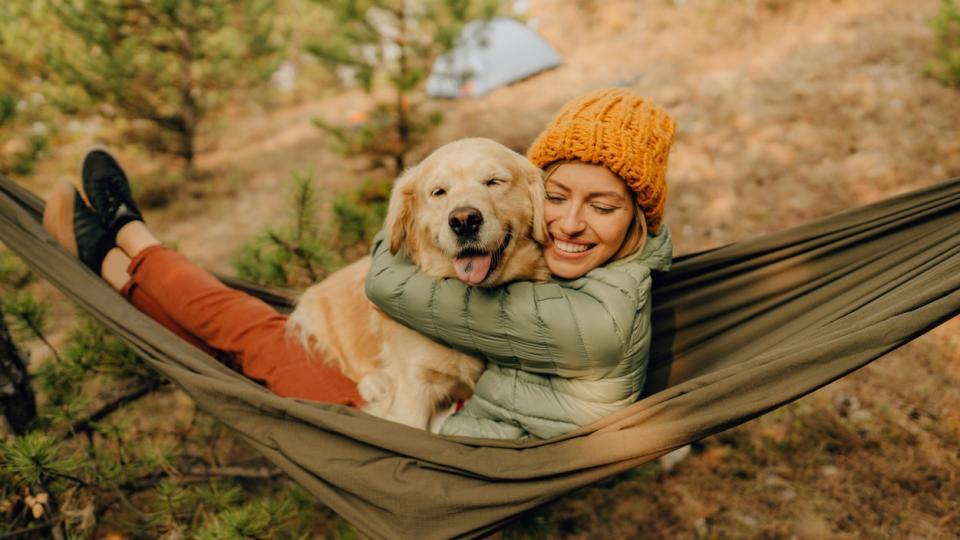 жена куче хамак есен природа