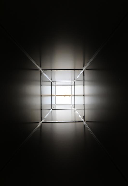 <p>Нещо, което може да открием като вечен стремеж&nbsp; на изкуството да се превръща в прозрачна медия и прозорец към невидимото.</p>  <p>&nbsp;</p>