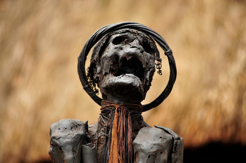 <p><strong>Опушените мумии от Папуа Нова Гвинея</strong><br /> <br /> Племето Анга отдава почит на мъртвите по малко по-различен начин. Представители на племето не погребват роднините си в земята, а мумифицират тела, използвайки техниката на опушване. Те създават гробни места близо до селата и по-късно често ги посещават. За племето Анга този метод е начин да покажат уважение към починалите.</p>
