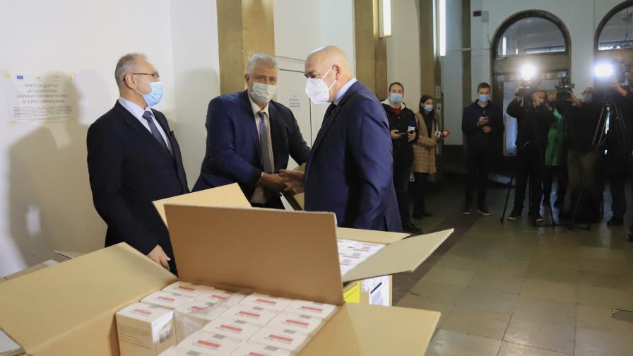 Разпределят над 2500 флакона Ремдесивир към всички РЗИ в страната
