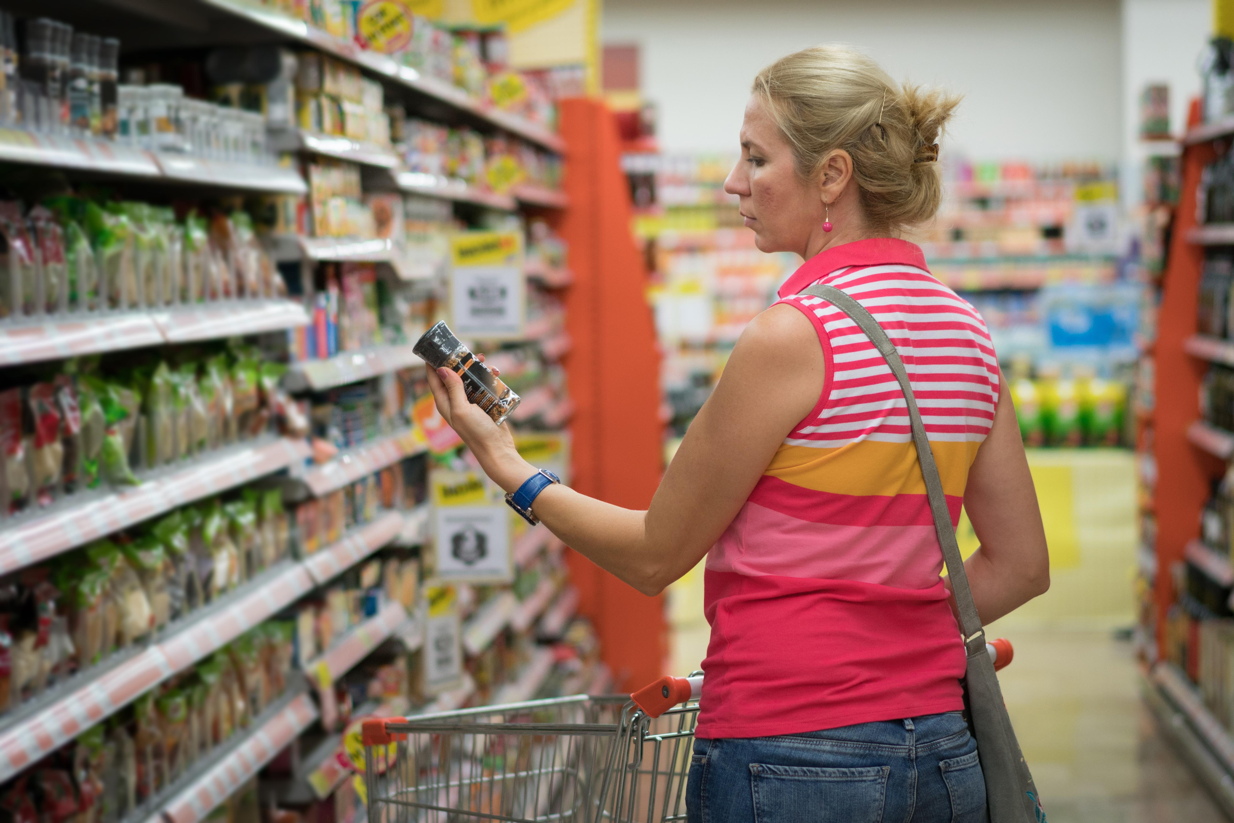 <p><strong>Подправки</strong>&nbsp;</p>  <p>Покупка, която звучи абсолютно нормално да закупиш от хранителен магазин, но не винаги това е най-изгодното решение. В малък магазин за насипни храни и подправки може да закупите точно количеството, което ви е необходимо. Така ще си спестите пари и едновременно с това няма да купувате излишно количество, което не ви трябва.</p>