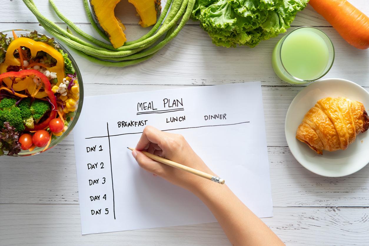 <p><strong>2. Въглехидратите ви карат да напълнявате -&nbsp;</strong>Ако ги консумирате в правилните количества и като част от балансирана диета, въглехидратите сами по себе си (т.е. без масло, кремообразни сосове и т.н. към тях) няма да доведат до наддаване на тегло. Консумирайте въглехидрати като кафяв ориз и пълнозърнест хляб, съветват от Националната здравна служба на Великобритания.</p>
