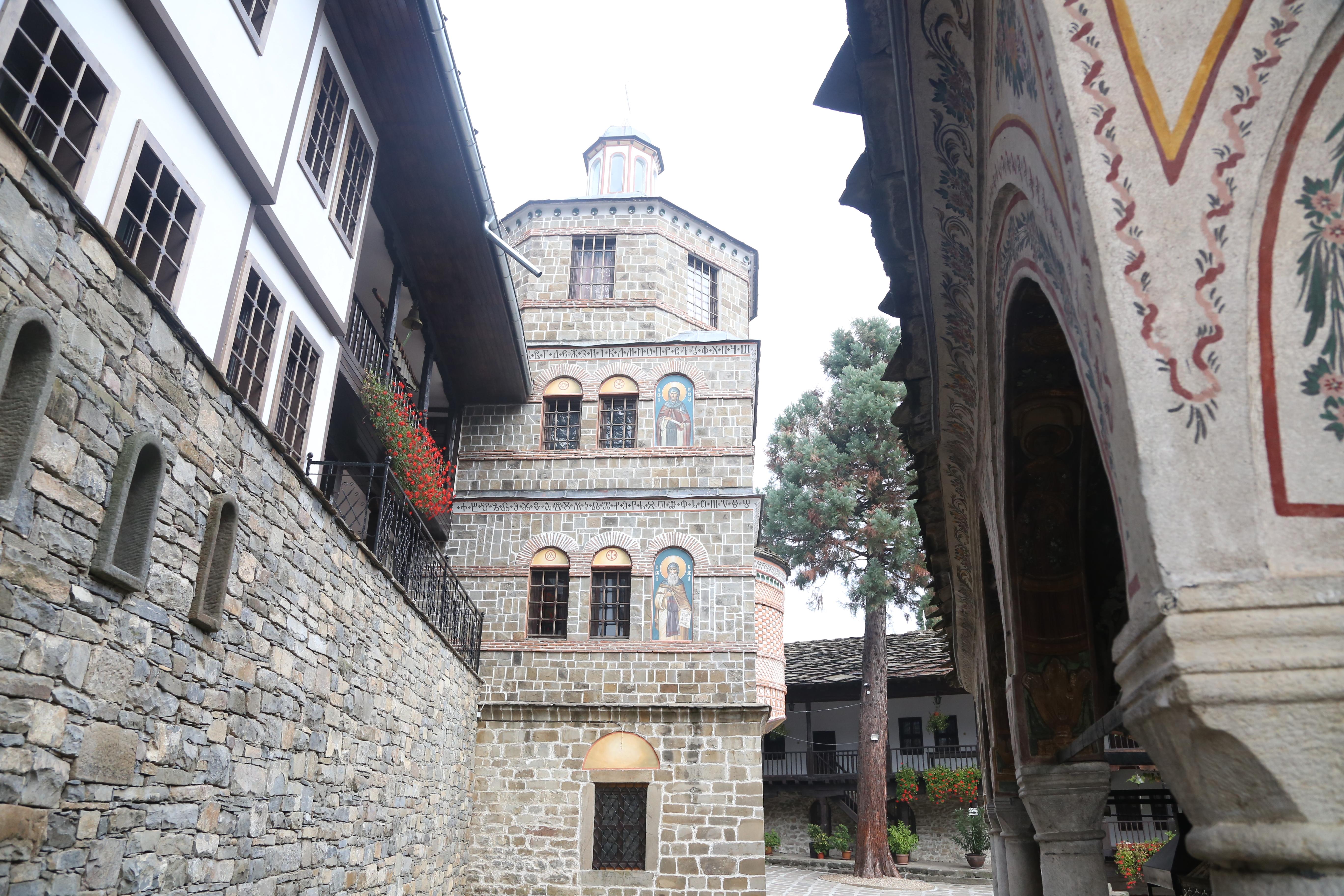 <p>Най-голямата историческа и културна забележителност на селото е Троянският манастир &quot;Св. Успение Богородично&quot;. Манастирът е основан около 1600г. и е трети по големина в България.</p>