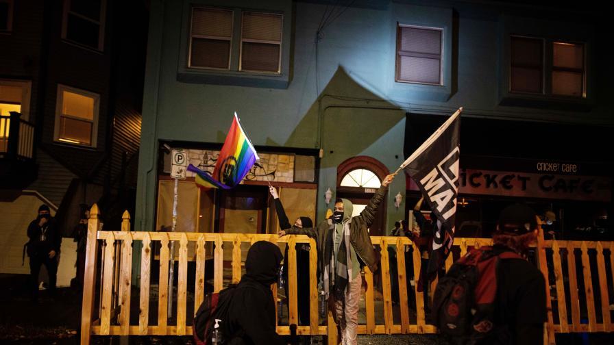 Ранени близо до Белия дом, демонстранти гориха знамена