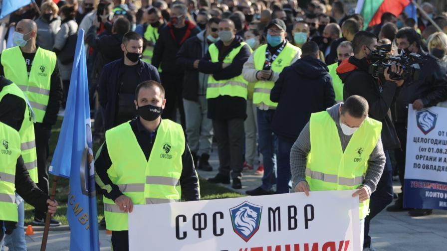 Снимката е от протеста на полицаите на 8 ноември