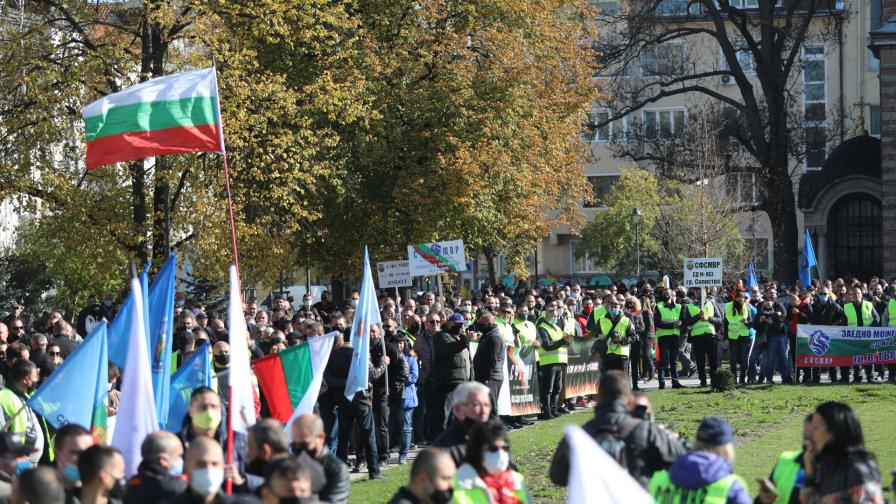 Полицаите излязоха на протест на професионалния си празник - 8 ноември. Исканията им са за 30-процентно увеличение на заплатите в системата на МВР