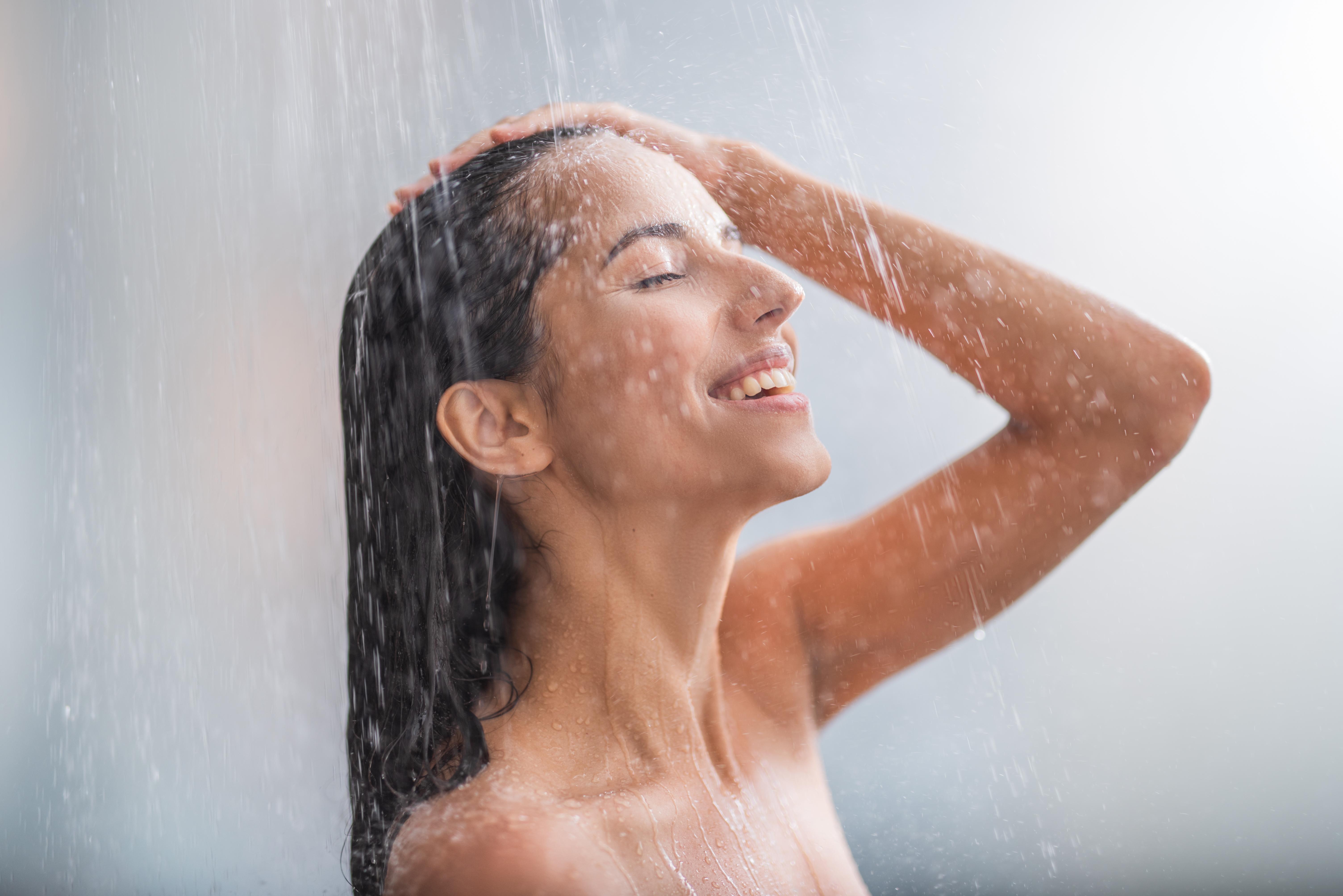 <p><strong>Подобрява настроението</strong></p>  <p>Освен че повишава енергията ви, студеният душ подобрява и настроението. Норепинефринът, отделян при студен душ, има положителен ефект върху настроението. Прави ви по-малко податливи на безпокойство, тревожност и депресия.&nbsp;Поради високата плътност на рецепторите за студ, разположени по кожата, студеният душ изпраща голямо количество електроимпулси към нервните окончания. Тези сигнали стигат до мозъка и оказват антидепресивен ефект.</p>