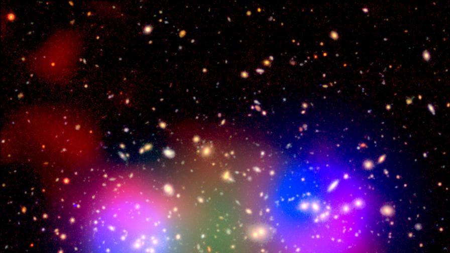 Няколко кадъра на галактическия куп с различни филтри един в друг