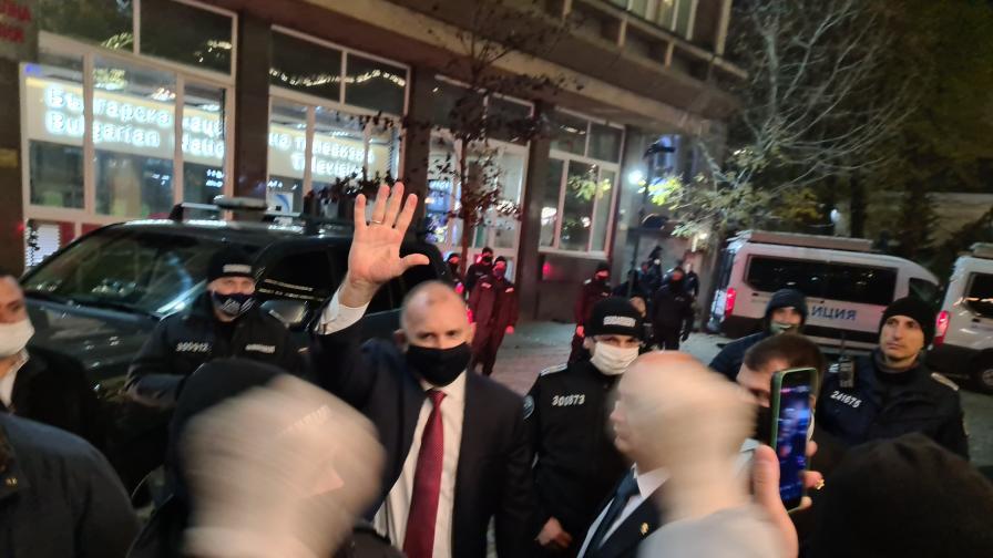 Протести пред БНТ за Радев, нападнаха репортер на NOVA