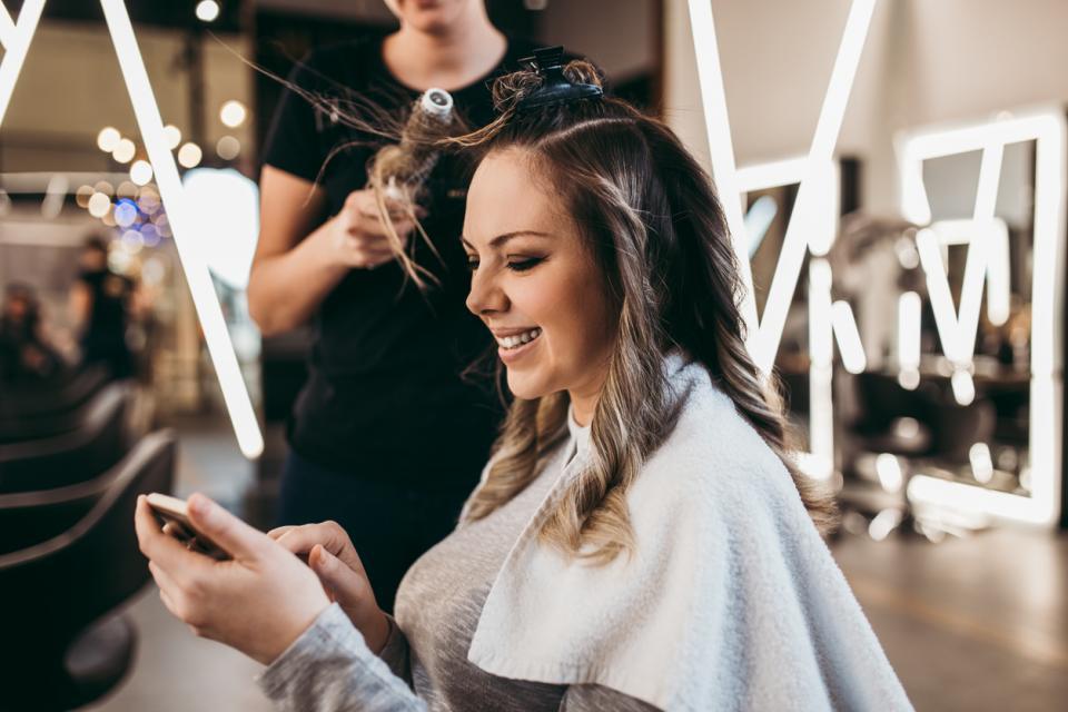 жена телефон коса прическа фризьор
