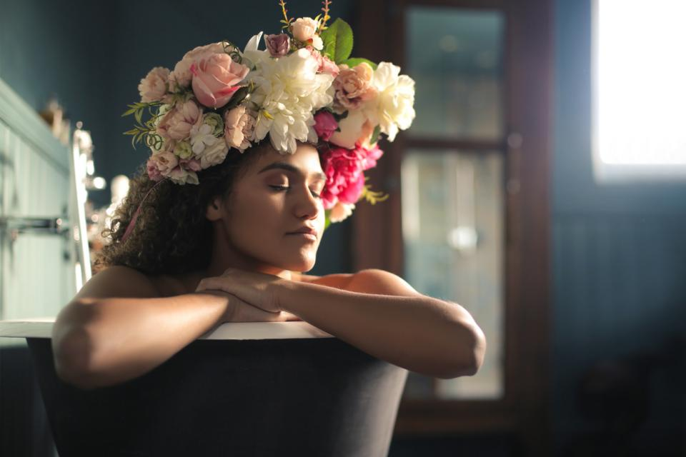 жена цветя кутия енергия