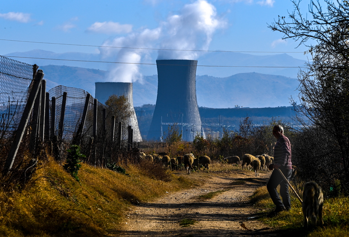 <p>Последвалата суша понижи нивата на водата във водоемите и езерата. Липсата на вода за охлаждане доведе до забавяне на рестартирането на въглищна електроцентрала REK Oslomej (125 MW), докато един блок на REK Bitola, с инсталирана мощност от 233 MW, в момента е в основен ремонт.</p>