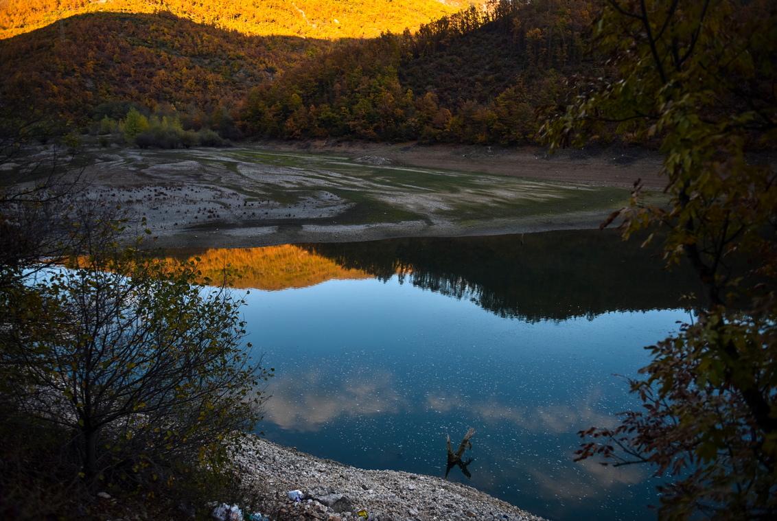 <p>Изправени пред ниските нива на водата в езерата и изкуствените водоеми, правителството на Северна Македония и енергийната компания Elektrani (ESM) решиха да прекратят производството във всички водноелектрически централи и да защитят околната среда и биологичното разнообразие.</p>