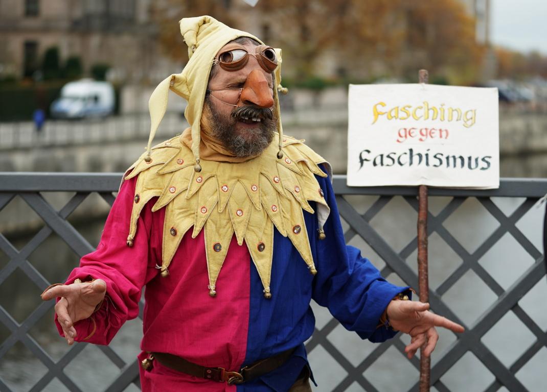 <p>Демонстрантите са настроени агресивно, заяви той пред телевизионния канал &bdquo;Велт&ldquo;. Затова полицията ще има нужда от известно време, за да разчисти мястото пред Бранденбургската врата.</p>