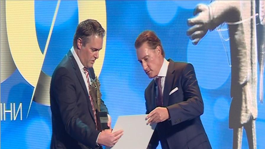 """Кирил Домусчиев награди """"Кока кола"""" със специален приз на """"Мистър Икономика"""""""