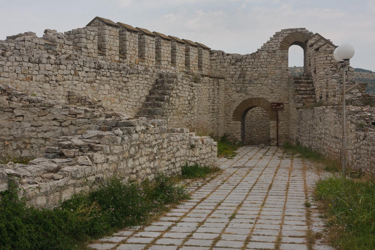 <p><strong>Ловешка средновековна крепост -</strong>&nbsp;разположена е върху двете тераси на красивия и живописен хълм Хисаря, който се намира в старата част на град Ловеч. Обявена е за архитектурно-строителен паметник през 1967 г. Първото заселване на хълма е станало през каменно-медната епоха (4-3 хил. пр. Хр). Открити са части от жилища, фрагменти от глинени съдове и една златна апликация. Археологическите разкопки показват, че тук се е намирало и тракийско селище.&nbsp;<br /> &nbsp;</p>