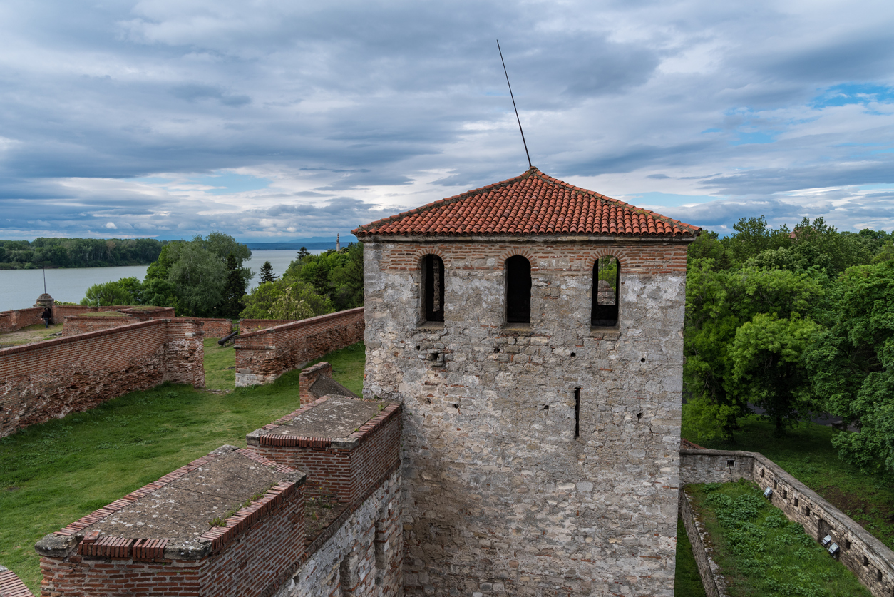<p><strong>Крепост Баба Вида</strong>&nbsp;- тя е считана за единствената изцяло запазена средновековена крепост в България. Освен отбранително съоръжение, тя е служела и като замък на местния владетел. &bdquo;Баба Вида&ldquo; е крепост-музей, отворен за посещения от 1958 г., както и паметник на културата с национално значение от 1964 г. В крепостта се намира и летният театър на град Видин, в който се провеждат концерти, театрални постановки.<br /> &nbsp;</p>