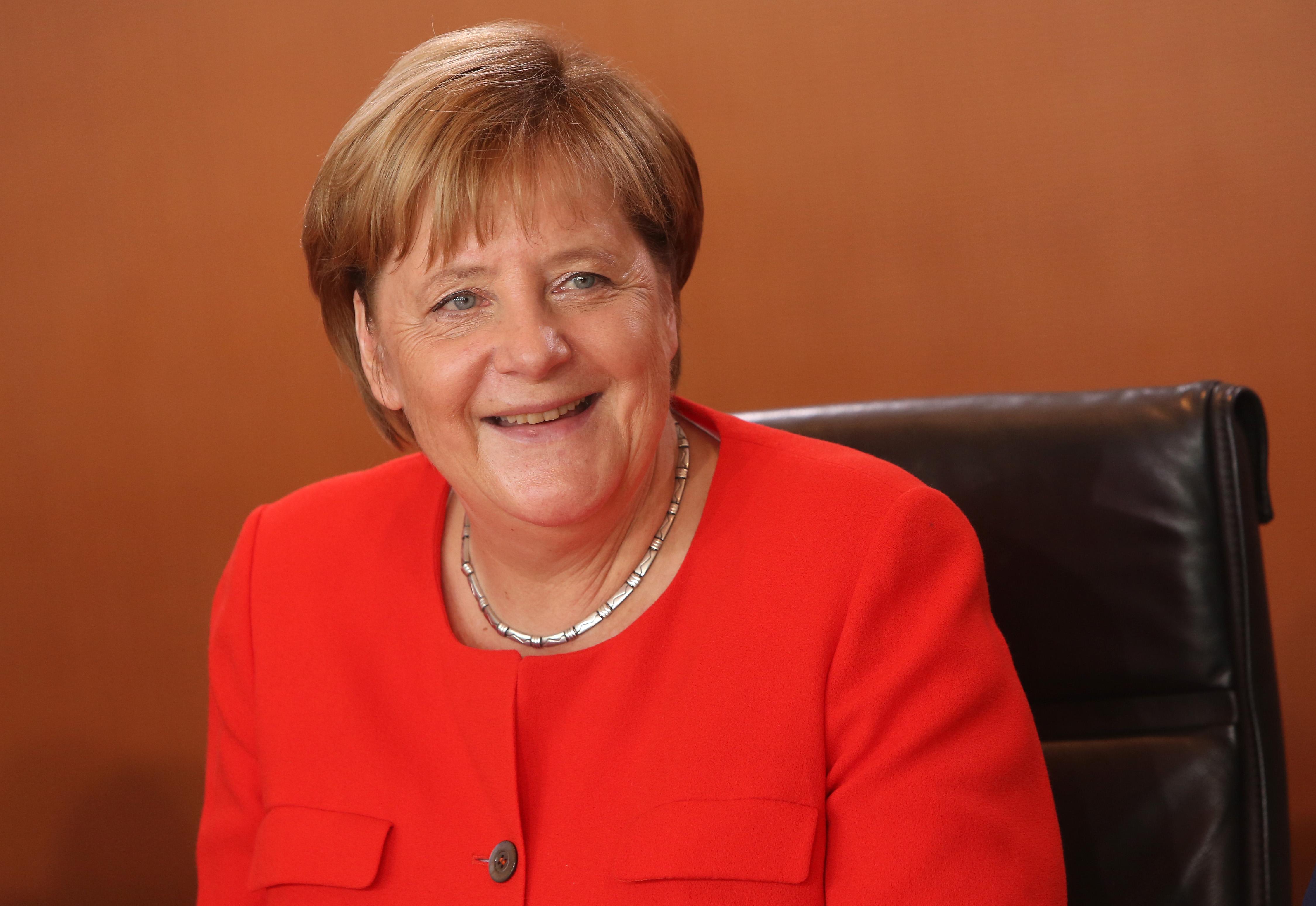 <p><strong>13. В коя партия членува майката на Меркел? -&nbsp;</strong>Б. Германска социалдемократическа партия (ГСДП)<br /> <strong>14. Кого Меркел умее да имитира особено сполучливо? -&nbsp;</strong>А. Владимир Путин<br /> <strong>15. Какво обича да пие Меркел на закуска? -&nbsp;</strong>В. Чай от мента<br /> &nbsp;</p>