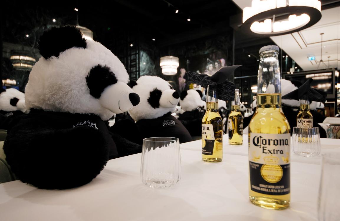 <p>Пухени мечета панди седят в затворения ресторант &bdquo;PINO&ldquo; в центъра на Франкфурт на Майн, Германия</p>
