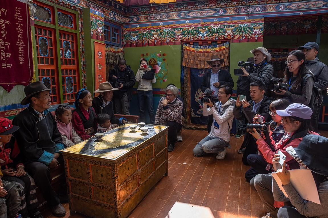 <p>Неудържимият напредък на модерността и китайските строителни проекти сред заснежените върхове на Хималаите означават, че сега е възможно да се изминат разстояния за броени часове, които неотдавна биха отнели дни.</p>