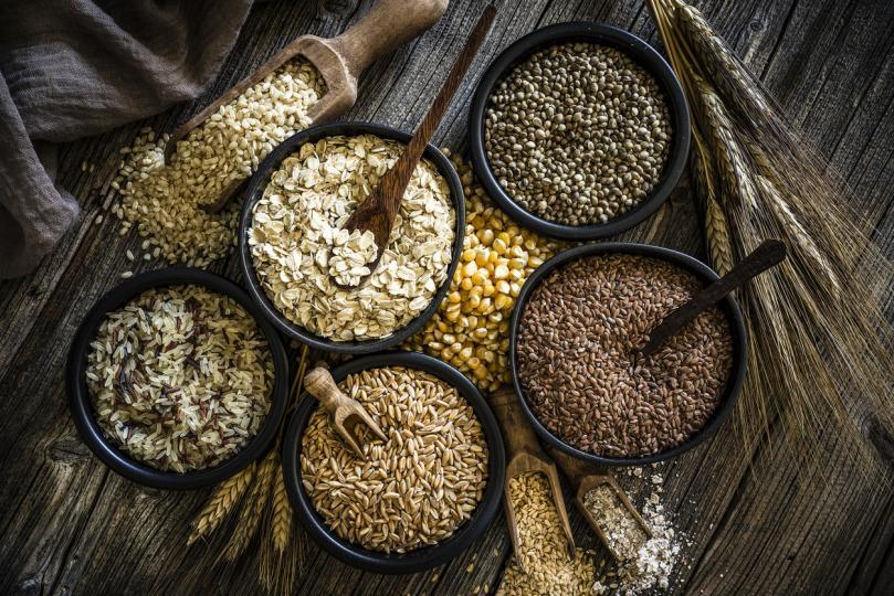 <p><strong>Зърнени храни</strong></p>  <p><strong>Кръвна група 0</strong> - с изключение на пшеницата, овесените ядки са нежелателни; няма зърнени продукти, които да са особено полезни за тази група.<br /> <strong>Кръвна група А </strong>- ограничете булгура и зърнените продукти, в частност пшеницата, употребявайте продукти от цели зърна.<br /> <strong>Кръвна група В </strong>- най-добре е да избягвате ръжта и царевицата.<br /> <strong>Кръвна група АВ</strong> - ограничете консумацията на пшеница и царевица.</p>
