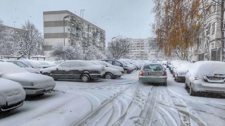 Първи сняг - къде има проблеми по пътищата
