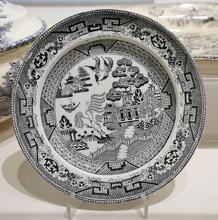 <p>Изящни стъклени съдове с гравирани гербове, менюта от заведения с ценоразпис, както и художествени проекти на менюта, собственост на Държавна агенция &bdquo;Архиви&ldquo; са част от експозицията.</p>  <p>&nbsp;</p>