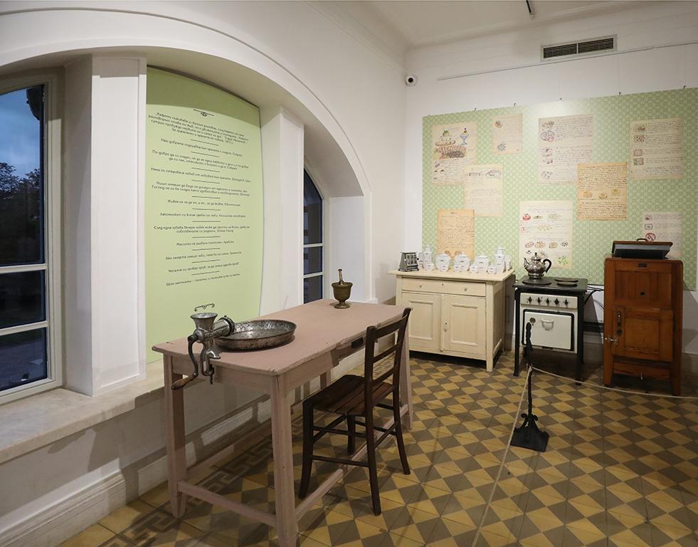 <p>Сред най-любопитните експонати са електрическа печка, марка AEG от 30-те год. на ХХ в., както и предшественика на съвременния хладилник, който изстудява с лед.</p>  <p>&nbsp;</p>