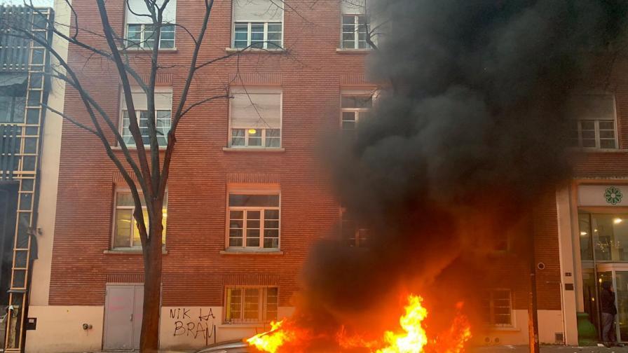 Сблъсъци в Париж: Сълзотворен газ, горящи автомобили и повредени сгради