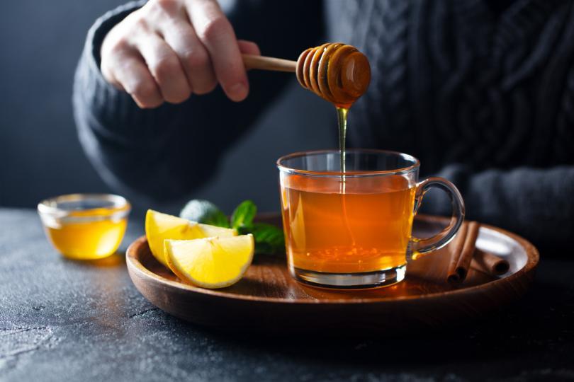 <p><strong>Пчелен мед</strong></p>  <p>Медът винаги е бил ценно лекарство за възпалено гърло. Можете да си приготвите свой собствен лек у дома, като смесите до 2 чаени лъжички мед с билков чай или топла вода и лимон.</p>  <p>Медът успокоява, докато лимоновият сок може да помогне при раздразнението на гърлото. Можете също така просто да хапвате лъжица мед или да го намажете на филия хляб, като лека закуска.</p>