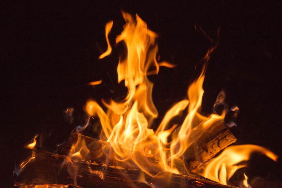 огън камина любов