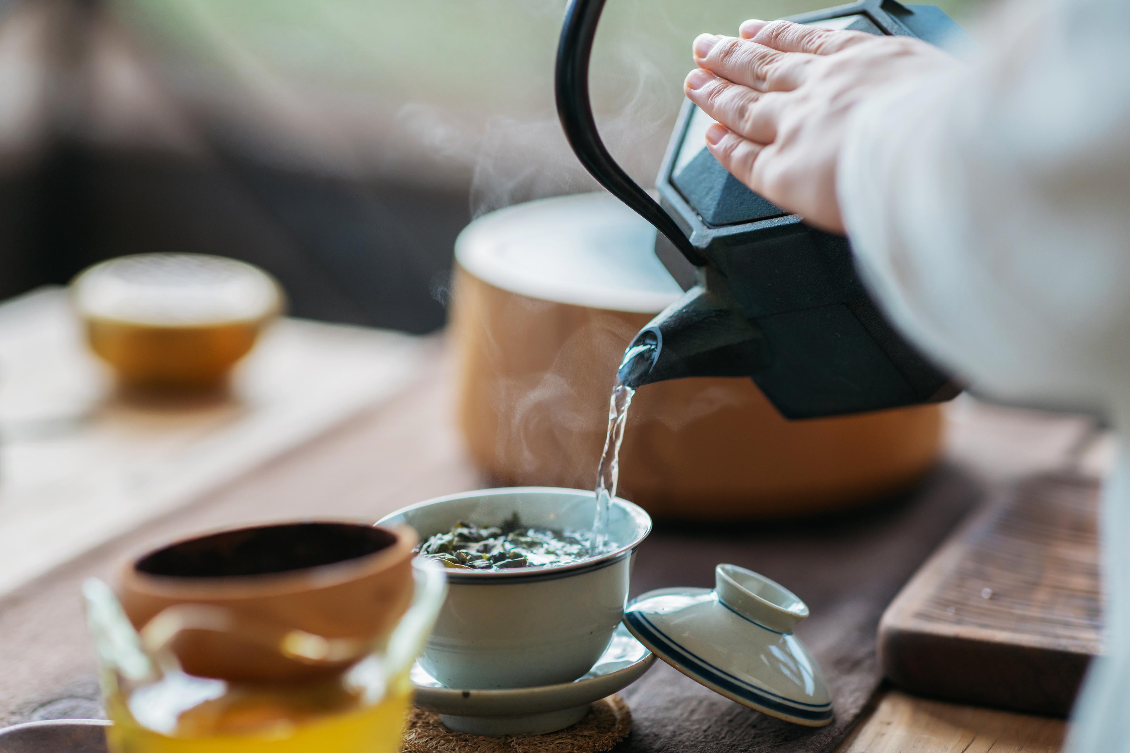 <p><strong>Ще регулирате метаболизма си</strong></p>  <p>Има дори определени чайове, които могат да ви помогнат да регулирате метаболизма си, ако той е извън баланс по някаква причина. Зеленият чай конкретно има положителен ефект върху регулирането на метаболизма. Ако това е целта ви, опитайте черен, зелен или чай улун.</p>