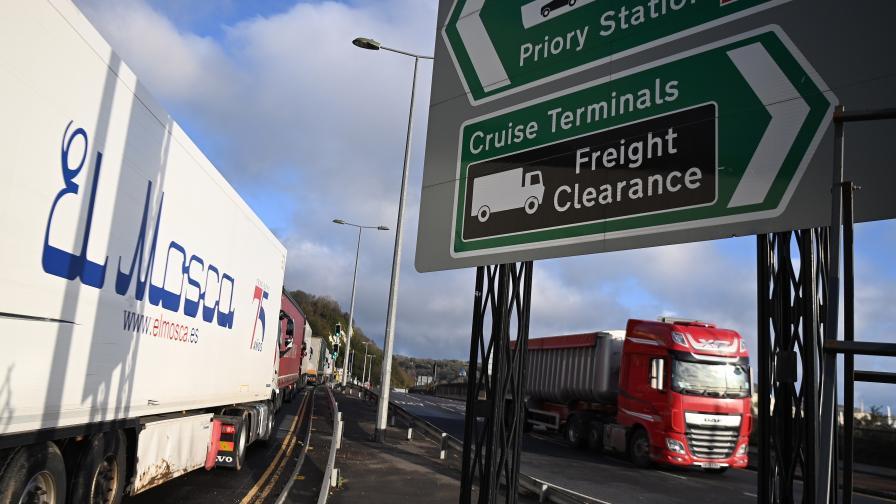 Хаосът край Дувър продължава, хиляди посрещат Коледа в камионите си