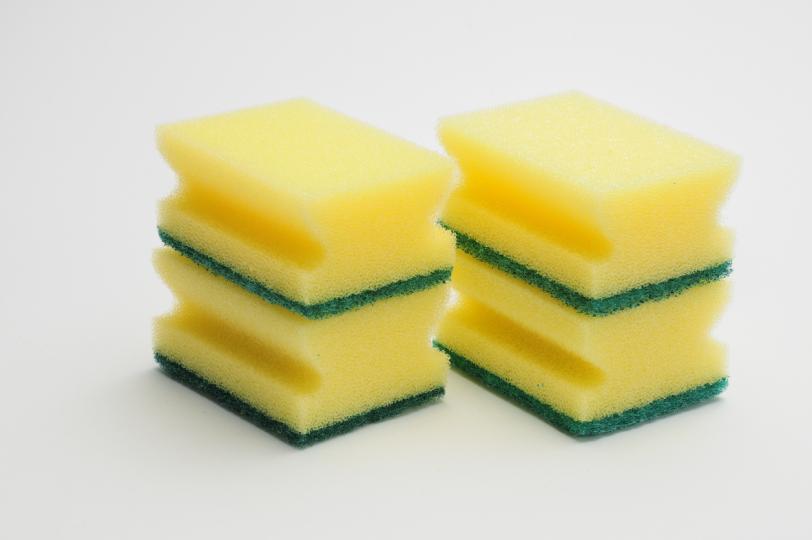 <p><strong>Кухненската гъба</strong></p>  <p>Според учените над 75% от гъбите и кухненските парцали имат колиформни бактерии по тях. Това е така, защото използваме гъбите, за да изтрием всичко, не винаги ги почистваме, а влагата, която остава в тях дава добри предпоставки за развитието на бактериите.</p>  <p><em>Съвет: Почиствайте редовно кухненската гъба, като я поставите в миялната машина или за няколко минути в микровълновата. Специалистите съветват да я сменяме на всеки две седмици или да използваме микрофибърна.</em></p>
