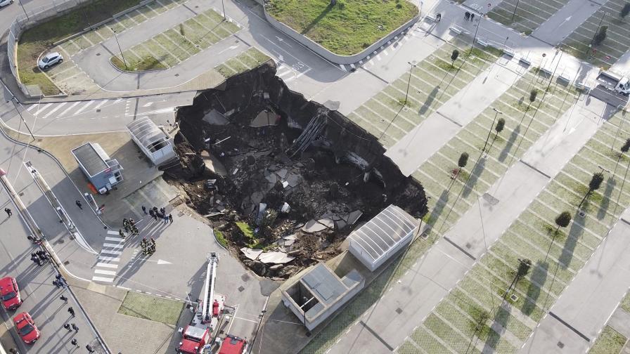 Огромен кратер зейна на паркинг на болница в Неапол