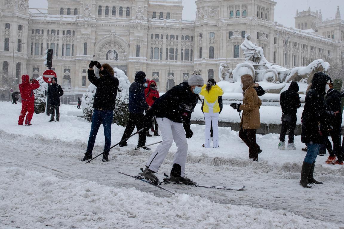 <p>Целта ни е да използваме всяка минута до понеделник, когато температурата ще спадне, за да почистим от сняг основните пътни артерии, преди снегът да се превърне в лед, обяви снощи кметът на Мадрид Хосе Луис Мартинес-Алмейда по телевизия &quot;Секста&quot;.</p>