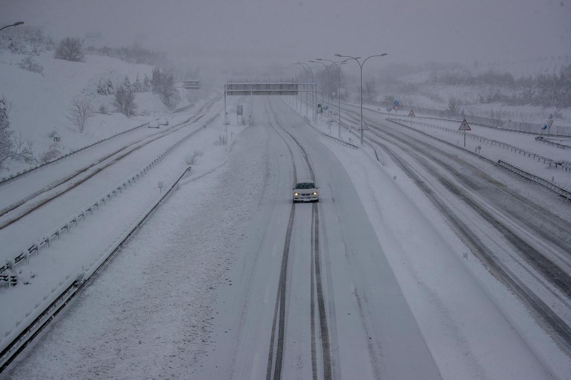 <p>Международното летище &quot;Барахас&quot;, основният път за влизане и напускане на страната, ще остане днес затворено, тъй като работниците и снегопочистващите машини не могат да смогнат да изринат снега от пистите, съобщи летищният оператор АЕНА. Влаковете от и за Мадрид, както и всички влакове, пътуващи между южната и североизточната част на страната, са спрени, съобщи железопътният оператор РЕНФЕ.</p>