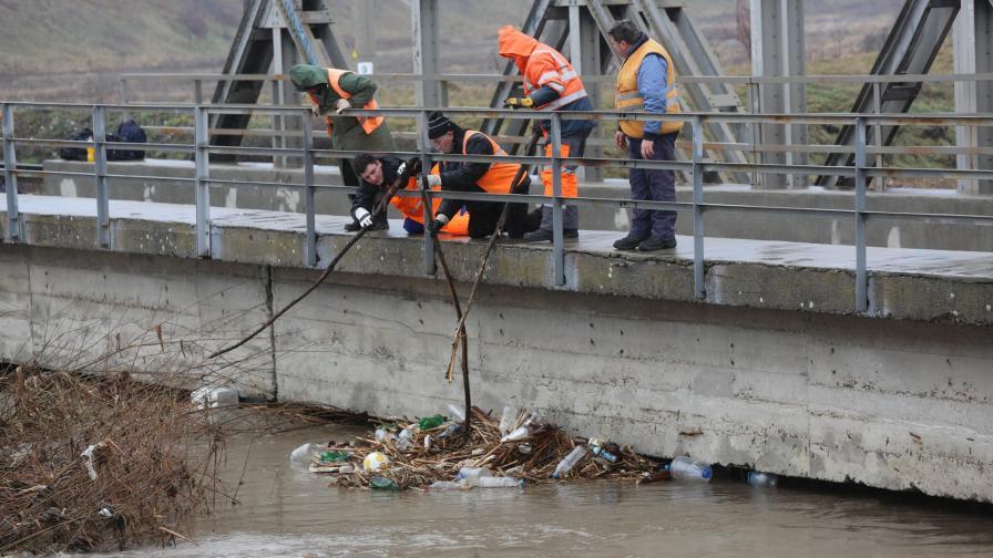 <p>Как и кога ще бъде почистен боклукът в река Искър</p>