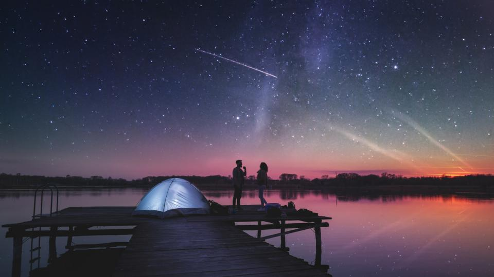 двойка любов къмпинг палатка небе звезди падаща звезда залез