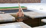 Путин се потопи в ледена вода край Москва