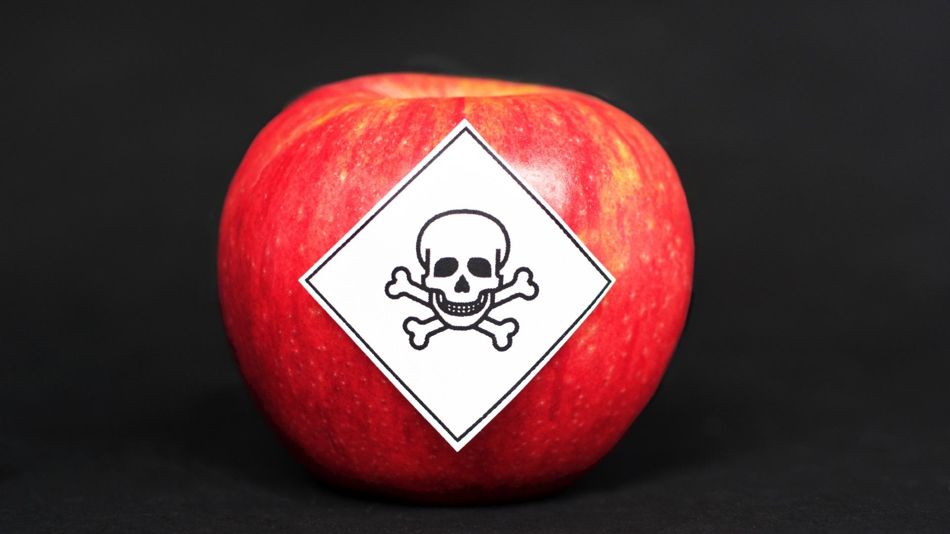 <p><strong>Може да консумирате пестициди</strong></p>  <p>За съжаление, ябълките редовно оглавяват списъка с &bdquo;мръсната дузина&rdquo; на Работната група по околна среда в САЩ, който представя плодовете и зеленчуците с най-високи остатъци от пестициди всяка година. Въпреки това, за да могат тези химикали действително да имат отрицателен ефект върху тялото ви, трябва да изядете невероятно количество ябълки. Но все пак е добре да сте информирани.</p>