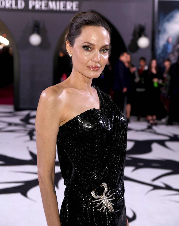 <p><strong>Анджелина Джоли</strong></p>  <p>Самата ѝ красота е достатъчна благословия за червения килим, не е нужно да я молим да се усмихва повече.</p>