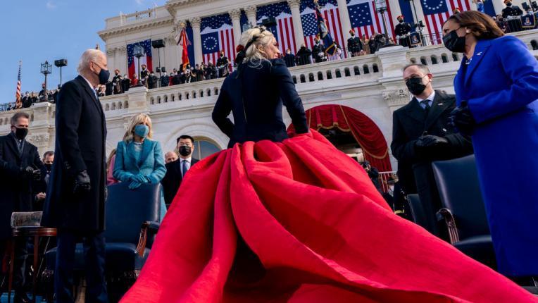 Звезден стил: Лейди Гага изпълнява националния химн със златен микрофон в Капитолия